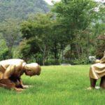 韓国、慰安婦像の前にひざまずいて土下座する安倍首相の銅像「永遠の贖罪」を公開してしまう…