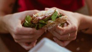 食堂の総菜パンの中から人の指… 食堂は営業停止処分に