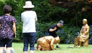 【土下座像】「日本は反省せよ!」植物園訪れた観覧客たち…
