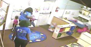 【動画】黒人の子供が白人の子供のおもちゃを奪う → 白人の子供は返させようとする → それを見た黒人幼稚園教員が白人の子供に暴行を加える…