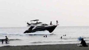 【動画】ツイ民「由比ヶ浜のビーチ近くを航走するマーキーSB500」→ クルーザーオーナー「動画を消さないと訴訟も辞さない」→ ツイ民「上級国民を撮影した罪ですか?」