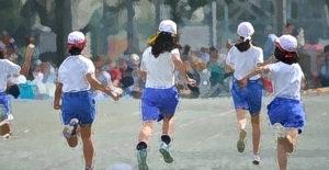 小学校「体育では肌着やブラジャー禁止」→ 理由:汗をかいてそのままにしていると風邪を引くから