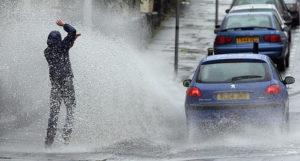 """雨天時の車の「水はね」、歩行者にかけると""""違反""""に"""