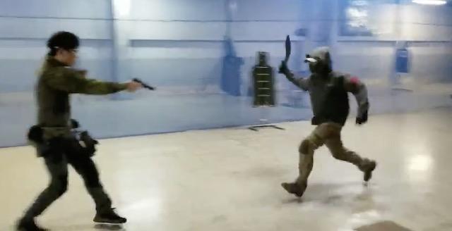 【動画】『この3秒の間に  口頭での制止、威嚇射撃、致命傷にならない射撃、それでも向かってくる場合の致命傷になる射撃を段階を追って出来る人おるか?』