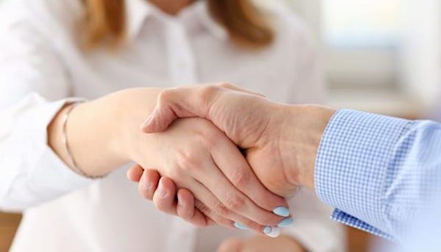 【業務妨害】アルバイト男(56)「これでお前も濃厚接触者や」→ 店員の手を握る → 逮捕