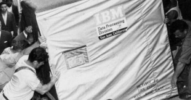 【1956年】IBMから出荷されるHDD(5MB)がこちら…