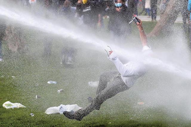 【話題】『ノーマスクの野外パーティー鎮圧… 放水銃で吹っ飛ばされる人間の画像良すぎる』