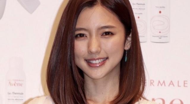 """真野恵里菜さん、""""へそ見せ""""ジーンズコーデを披露「ほっそーーー!」「スタイル良すぎ」"""