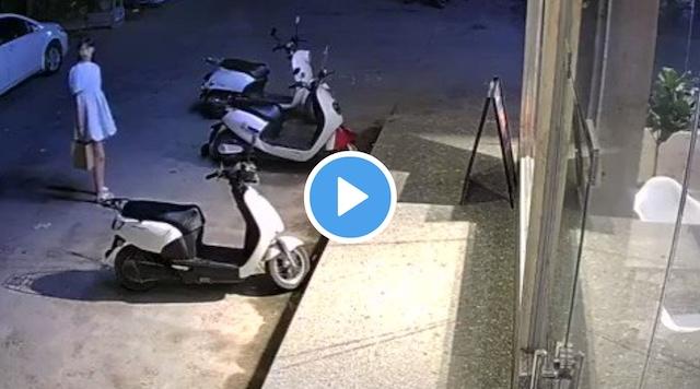 中国の美少女、いきなり来た車に誘拐されそうになる… (※動画)