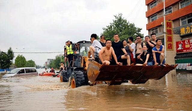 中国国営メディア『大雨の死者302人、不明50人』