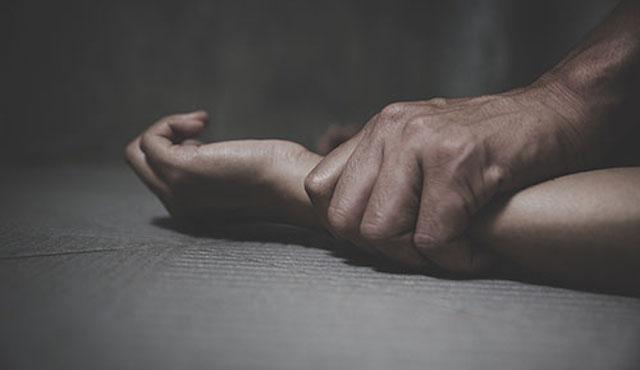 75歳男、駅の男子トイレで21歳男性脅し乱暴 → 75歳男「明日も会おう」→ 当日現れ強制性交等の疑いで逮捕